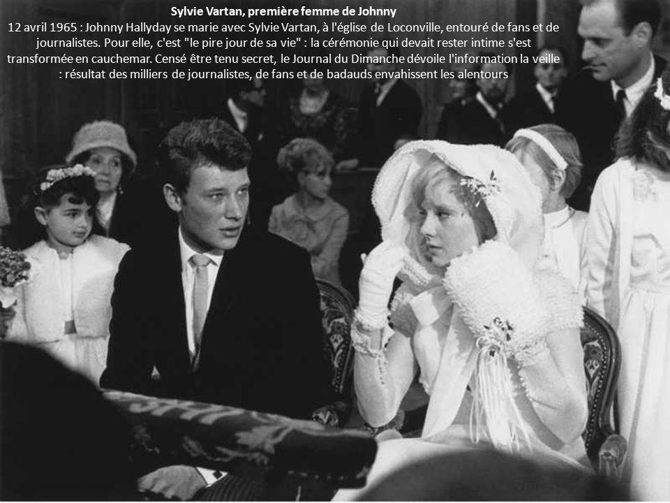 Sylvie Vartan, première femme de Johnny 12 avril 1965 : Johnny Hallyday se marie avec Sylvie Vartan, à l église de Loconville, entouré de fans et de journalistes.