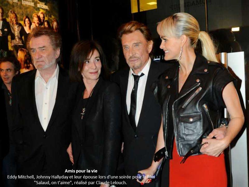 Amis pour la vie Eddy Mitchell, Johnny Hallyday et leur épouse lors d une soirée pour le film Salaud, on t aime , réalisé par Claude Lelouch.