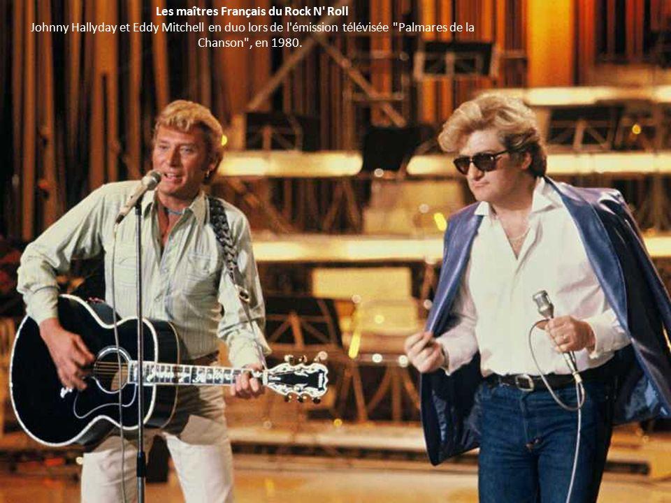 Les maîtres Français du Rock N Roll Johnny Hallyday et Eddy Mitchell en duo lors de l émission télévisée Palmares de la Chanson , en 1980.