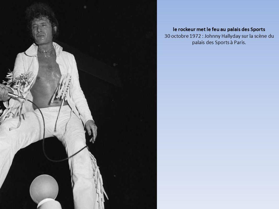 le rockeur met le feu au palais des Sports 30 octobre 1972 : Johnny Hallyday sur la scène du palais des Sports à Paris.