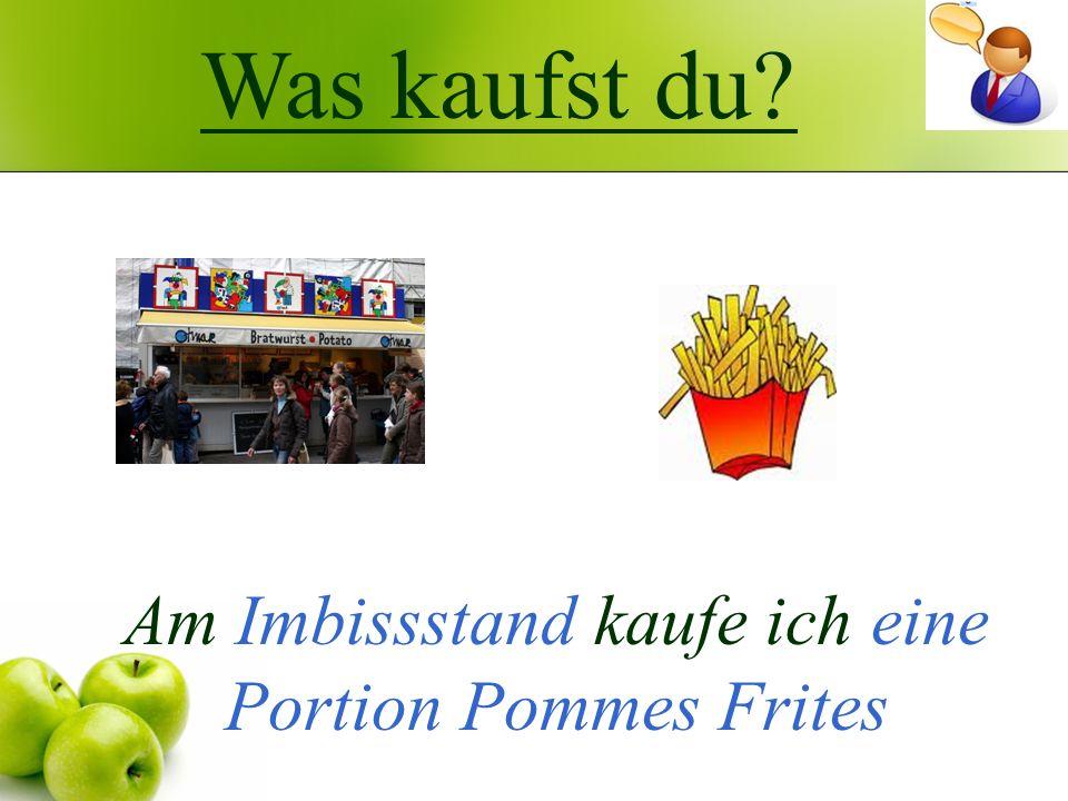 Am Imbissstand kaufe ich eine Portion Pommes Frites