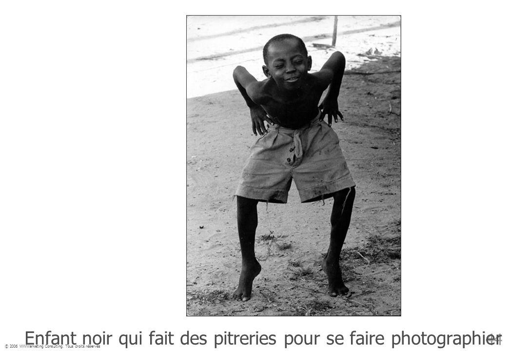 Enfant noir qui fait des pitreries pour se faire photographier