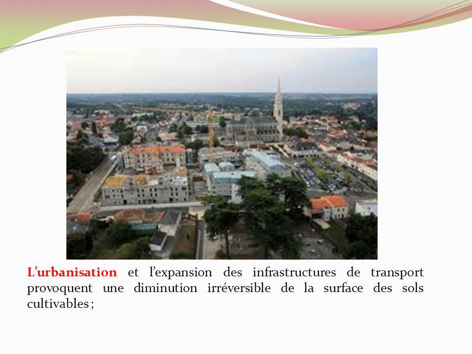 L'urbanisation et l'expansion des infrastructures de transport provoquent une diminution irréversible de la surface des sols cultivables ;
