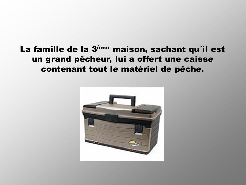 La famille de la 3ème maison, sachant qu´il est un grand pêcheur, lui a offert une caisse contenant tout le matériel de pêche.