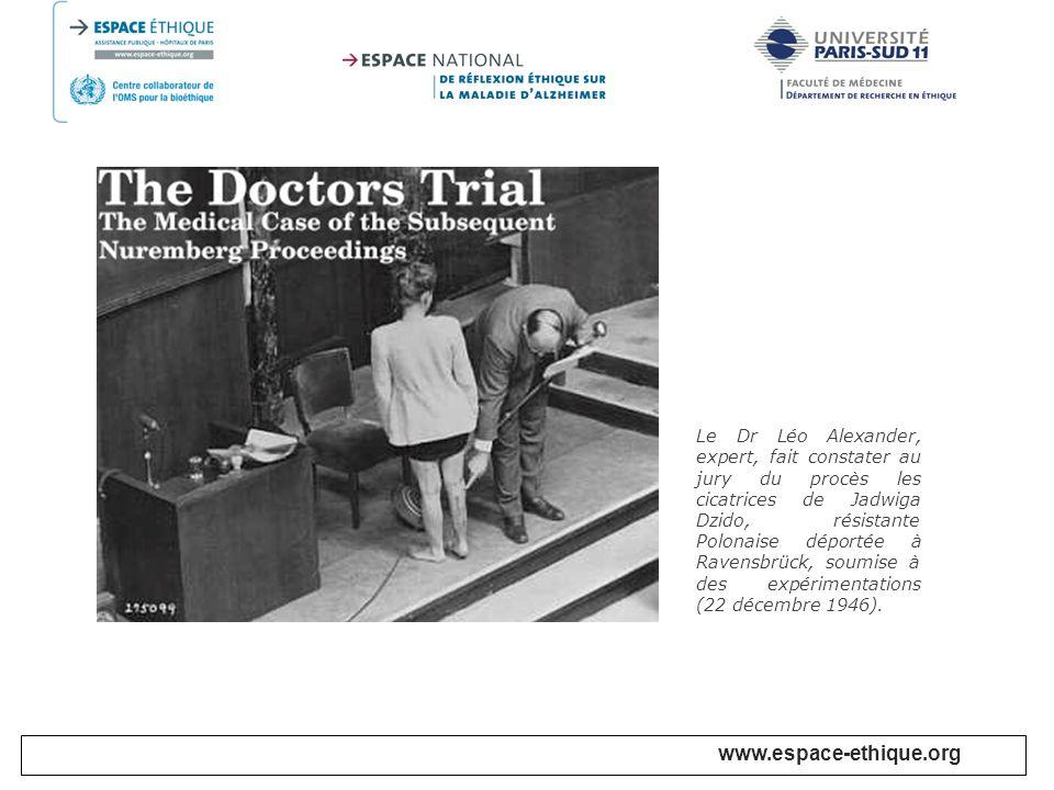 Le Dr Léo Alexander, expert, fait constater au jury du procès les cicatrices de Jadwiga Dzido, résistante Polonaise déportée à Ravensbrück, soumise à des expérimentations (22 décembre 1946).
