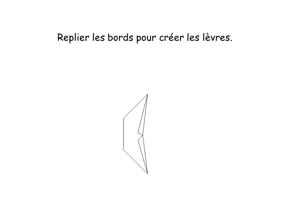 Replier les bords pour créer les lèvres.