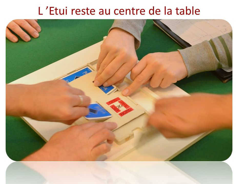 L 'Etui reste au centre de la table