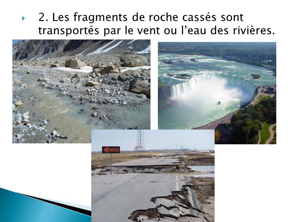 2. Les fragments de roche cassés sont transportés par le vent ou l'eau des rivières.