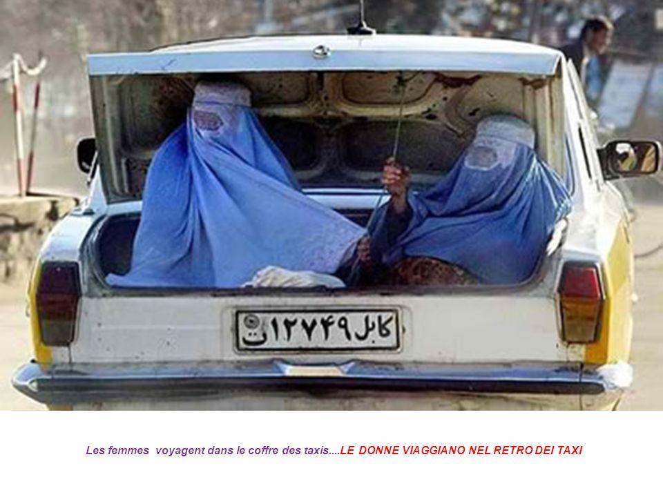 Les femmes voyagent dans le coffre des taxis