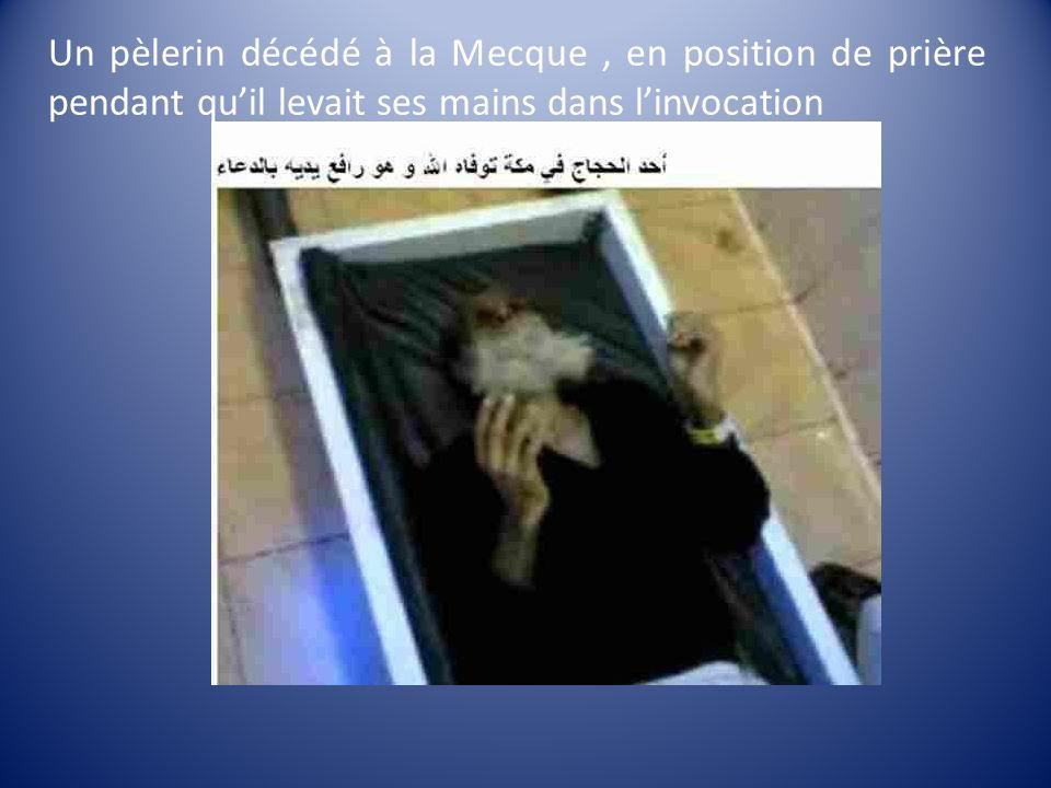 Un pèlerin décédé à la Mecque , en position de prière pendant qu'il levait ses mains dans l'invocation