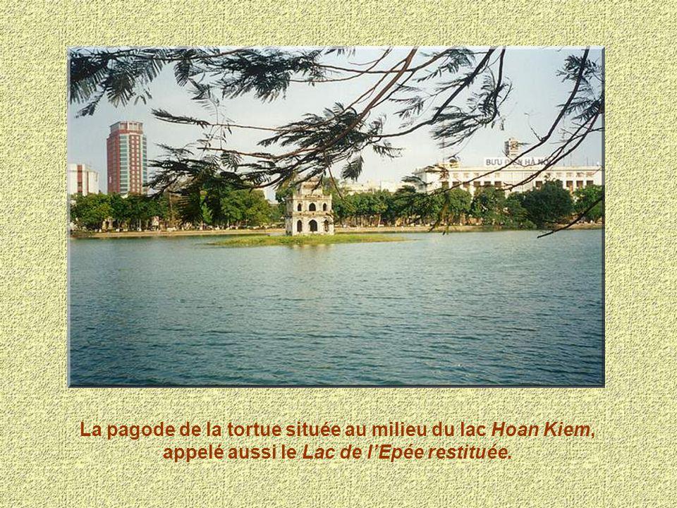 La pagode de la tortue située au milieu du lac Hoan Kiem, appelé aussi le Lac de l'Epée restituée.