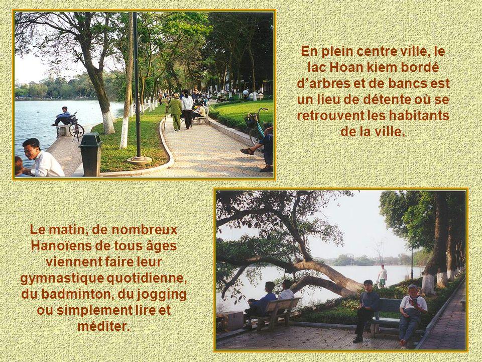 En plein centre ville, le lac Hoan kiem bordé d'arbres et de bancs est un lieu de détente où se retrouvent les habitants de la ville.