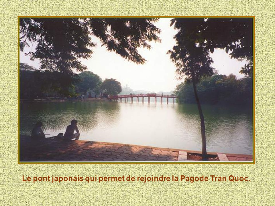 Le pont japonais qui permet de rejoindre la Pagode Tran Quoc.