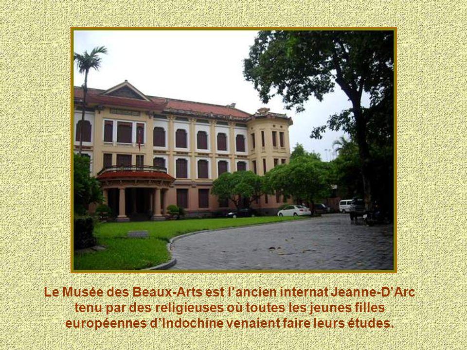 Le Musée des Beaux-Arts est l'ancien internat Jeanne-D'Arc tenu par des religieuses où toutes les jeunes filles européennes d'Indochine venaient faire leurs études.