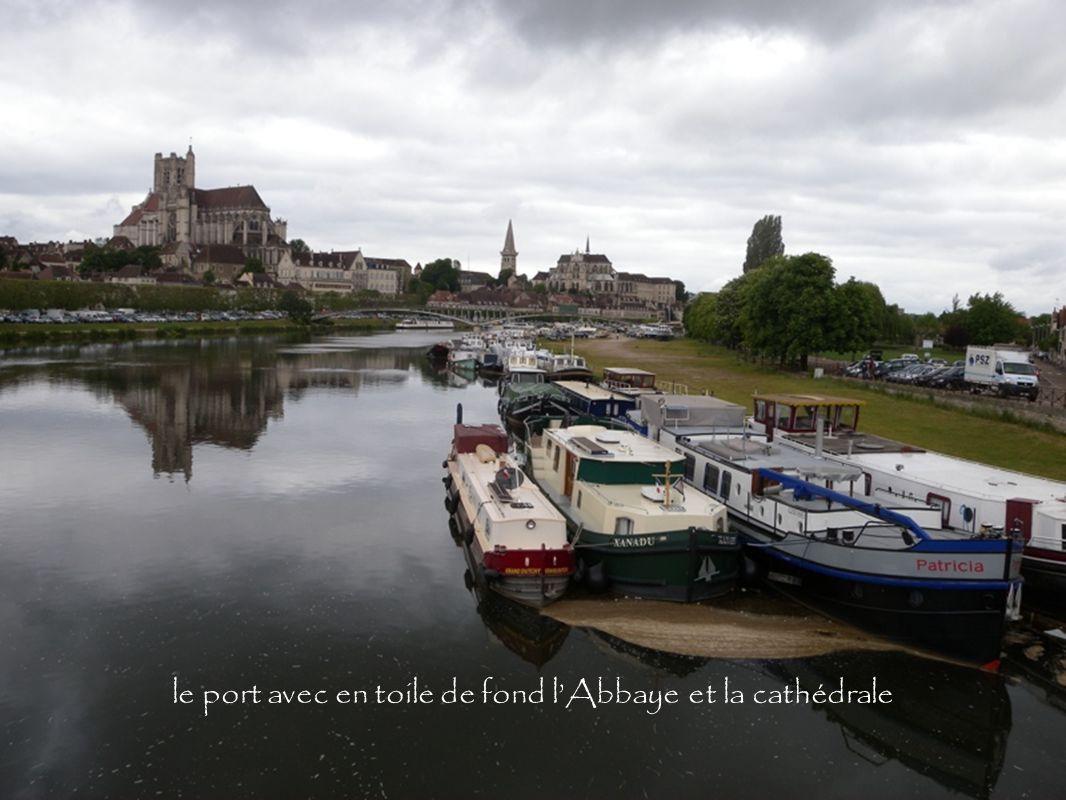 le port avec en toile de fond l'Abbaye et la cathédrale