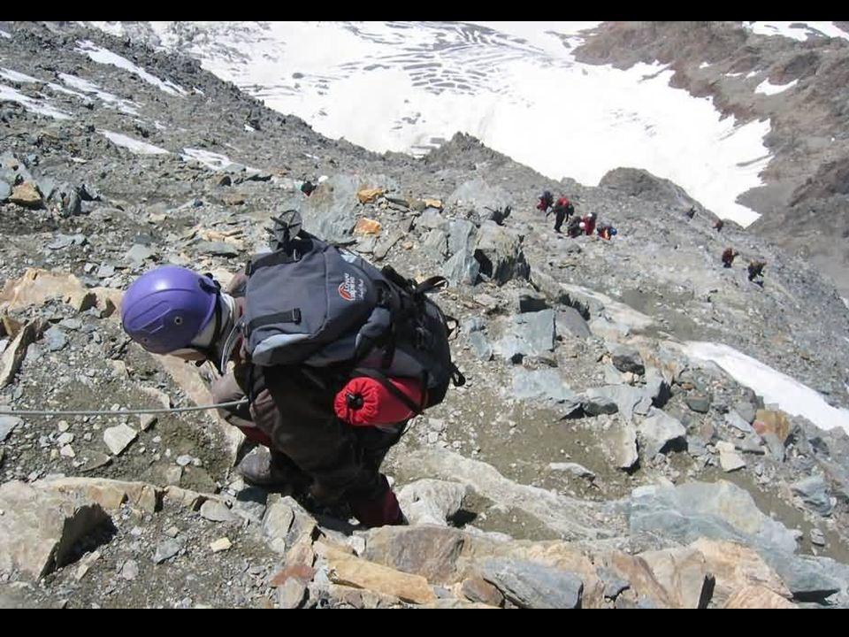 Après la traversée du Grand Couloir, nous gravissons des rochers faciles mais qui peuvent être enneigés.