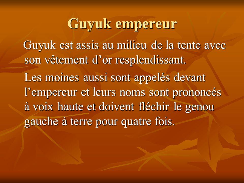 Guyuk empereur Guyuk est assis au milieu de la tente avec son vêtement d'or resplendissant.