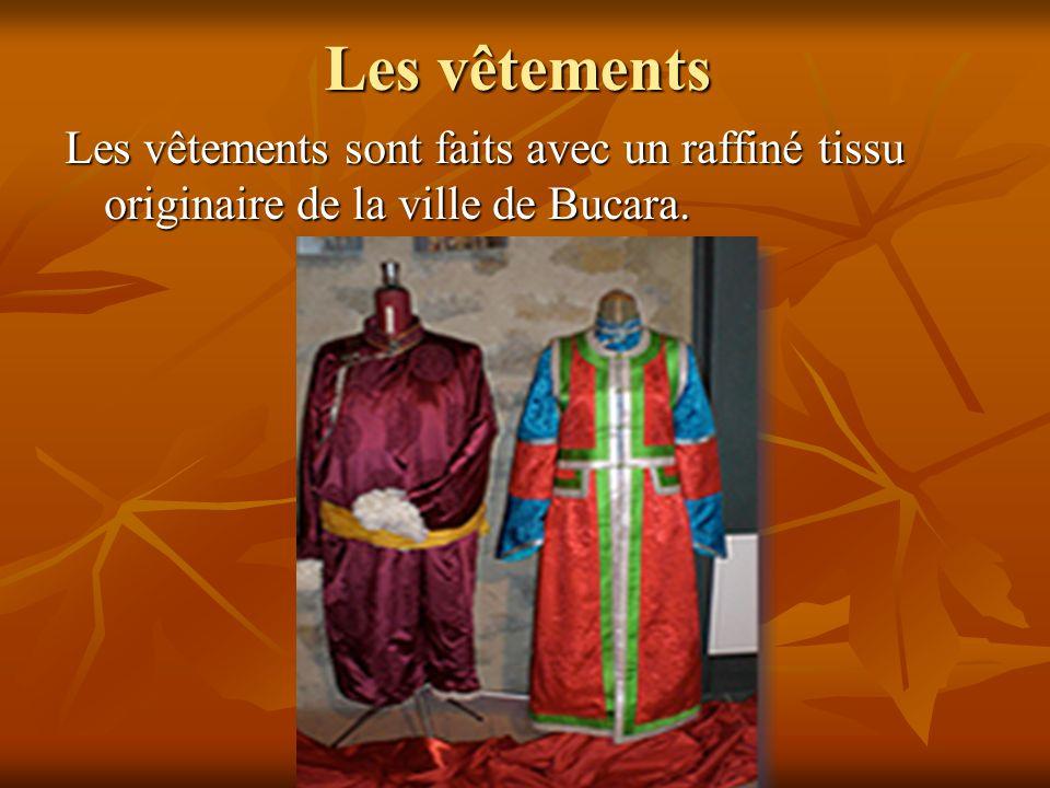 Les vêtements Les vêtements sont faits avec un raffiné tissu originaire de la ville de Bucara.