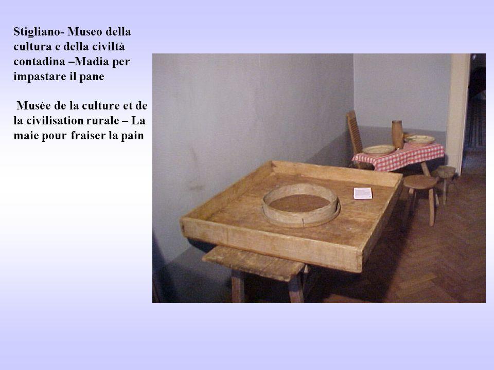 Stigliano- Museo della cultura e della civiltà contadina –Madia per impastare il pane Musée de la culture et de la civilisation rurale – La maie pour fraiser la pain