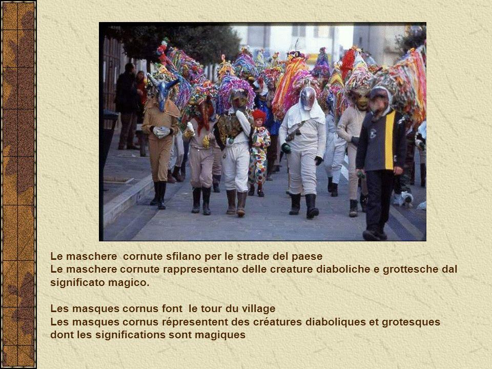 Le maschere cornute sfilano per le strade del paese Le maschere cornute rappresentano delle creature diaboliche e grottesche dal significato magico.
