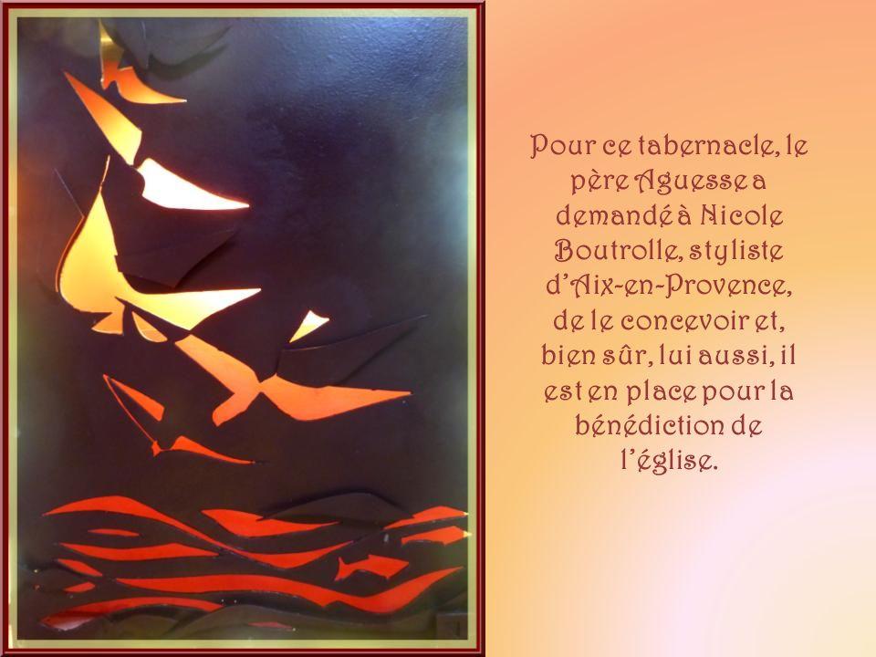 Pour ce tabernacle, le père Aguesse a demandé à Nicole Boutrolle, styliste d'Aix-en-Provence, de le concevoir et, bien sûr, lui aussi, il est en place pour la bénédiction de l'église.