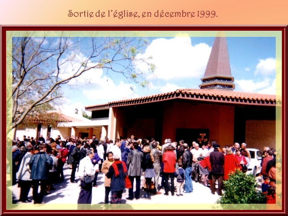 Sortie de l'église, en décembre 1999.