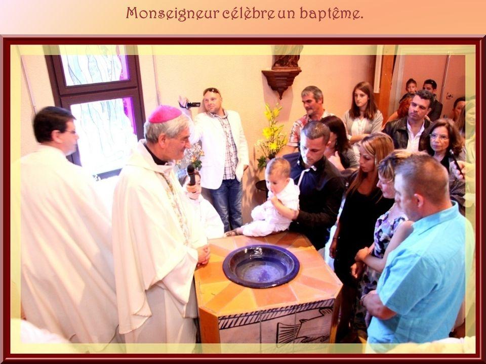 Monseigneur célèbre un baptême.