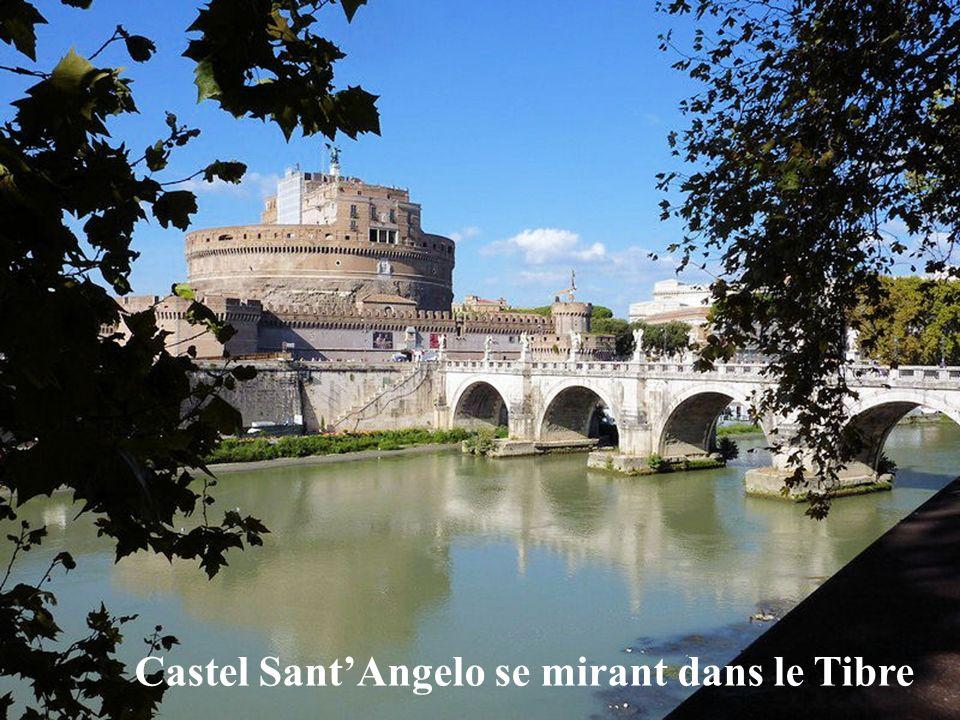Castel Sant'Angelo se mirant dans le Tibre