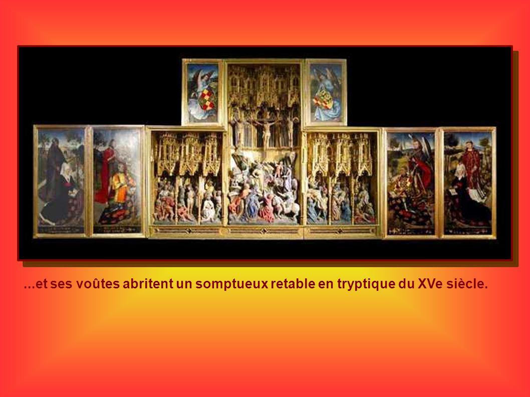 ...et ses voûtes abritent un somptueux retable en tryptique du XVe siècle.