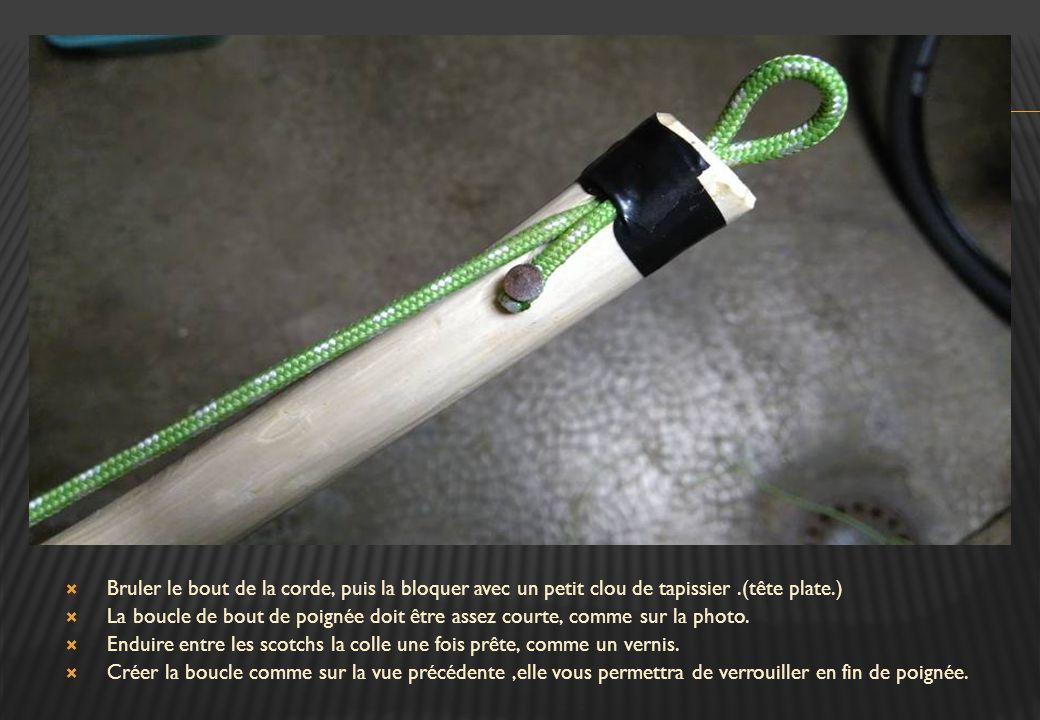 Bruler le bout de la corde, puis la bloquer avec un petit clou de tapissier .(tête plate.)