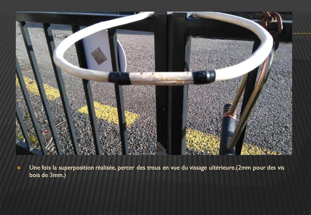 Une fois la superposition réalisée, percer des trous en vue du vissage ultérieure.(2mm pour des vis bois de 3mm.)