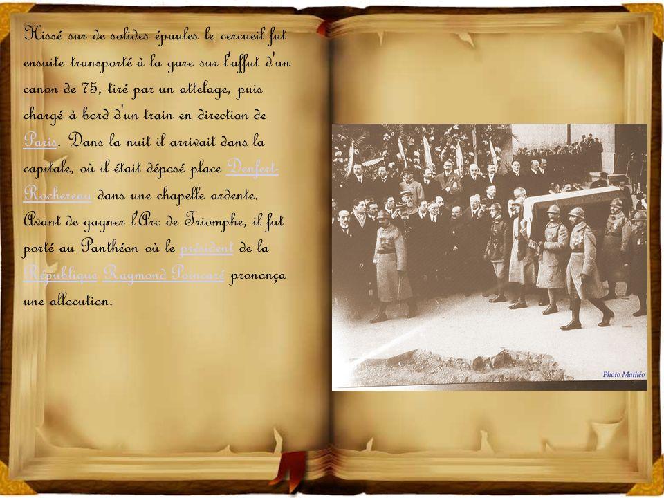Hissé sur de solides épaules le cercueil fut ensuite transporté à la gare sur l affut d un canon de 75, tiré par un attelage, puis chargé à bord d un train en direction de Paris.