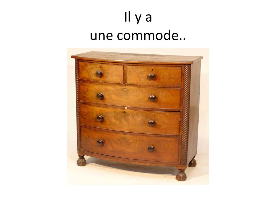 Il y a une commode..